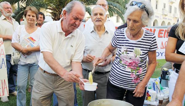 Συνταξιούχοι έστησαν τσουκάλι για να μαγειρέψουν σούπα κατά τη διάρκεια συγκέντρωσης διαμαρτυρίας  έξω από τα κεντρικά γραφεία του ΙΚΑ στη Θεσσαλονίκη, στον πεζόδρομο της Αριστοτέλους. Θεσσαλονίκη, Πέμπτη 6 Σεπτεμβρίου 2012 ΑΠΕ ΜΠΕ/PIXEL