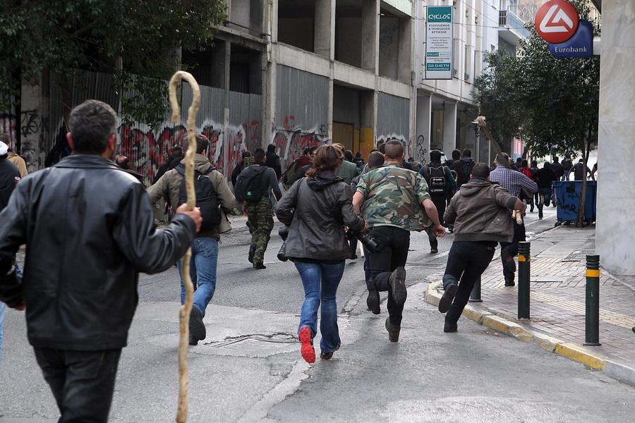 Αγρότες από την Κρήτη που έχουν φθάσει από το λιμάνι του Πειραιά τρέχουν στην  Πλατεία Καραϊσκάκη, Παρασκευή 12 Φεβρουαρίου 2016.