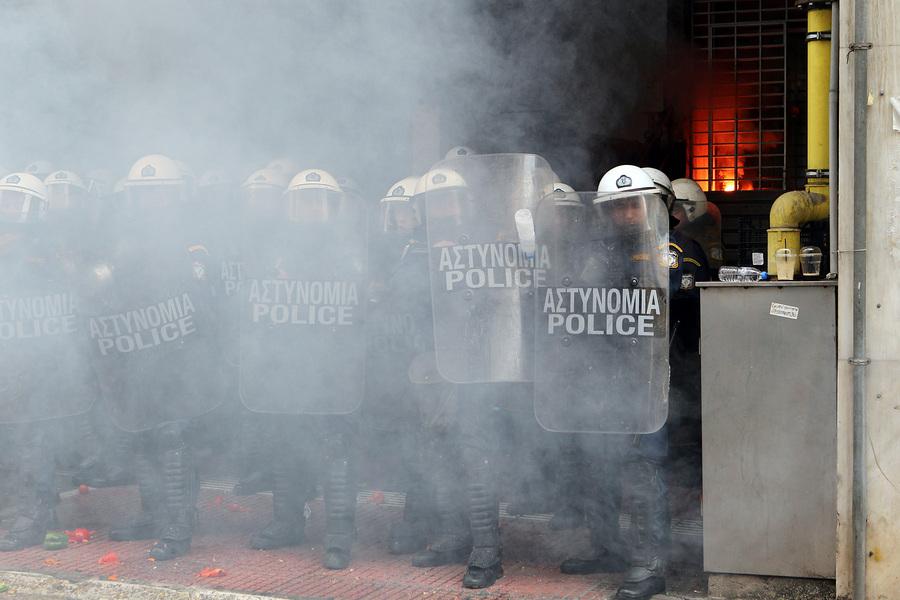 Αγρότες από την Κρήτη έχουν φθάσει από το λιμάνι του Πειραιά έχουν ρίξει καπνογόνο μπροστά από αστυνομικούς έξω από το υπουργείο Αγροτικής Ανάπτυξης, Παρασκευή 12 Φεβρουαρίου 2016. Αγρότες από μπλόκα από όλη την Ελλάδα έχουν προγραμματίσει διήμερη διαμαρτυρία στο Σύνταγμα ζητώντας την απόσυρση του σχεδίου για το ασφαλιστικό, την  κατάργηση της φορολόγησης από το πρώτο ευρώ, την κατάργηση του ειδικού φόρου κατανάλωσης στο κρασί καθώς και την καθιέρωση αφορολόγητου πετρελαίου. ΑΠΕ-ΜΠΕ/ΑΠΕ-ΜΠΕ/Παντελής Σαίτας