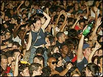 Χιλιάδες άνθρωποι στην υπαίθρια ροκ συναυλία με αμερικανικά συγκροτήματα το 2005 στην Αβάνα (η φωτογραφία είναι από το BBC, 7/5/2005)