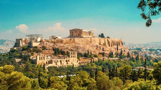 ta-nera-tis-broxis-apeiloun-tin-akropoli-w_hr